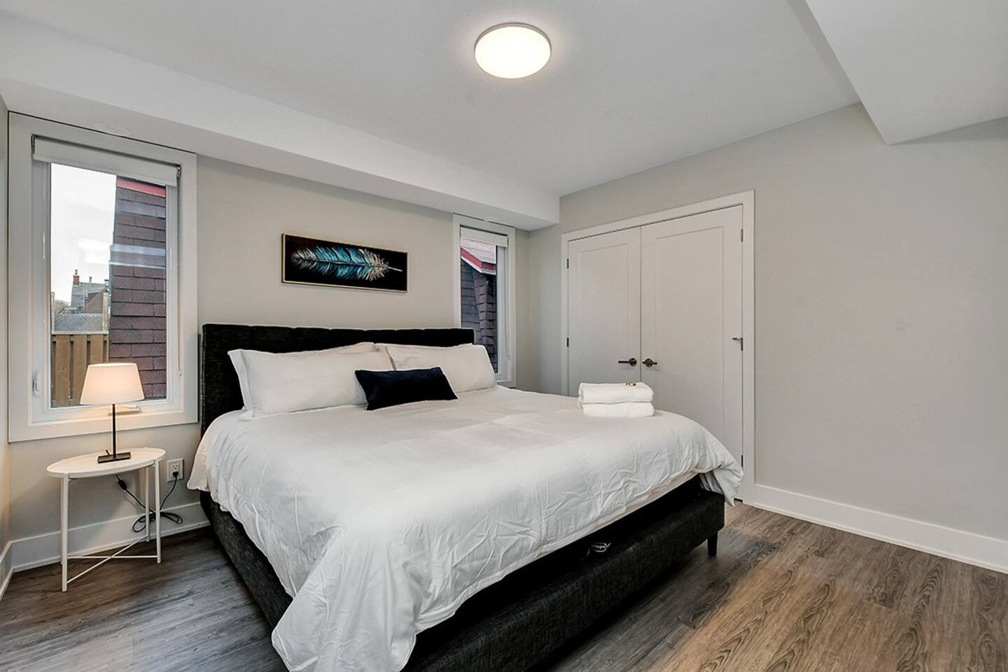 Modern, spacious apartment with 2 king beds! photo 3