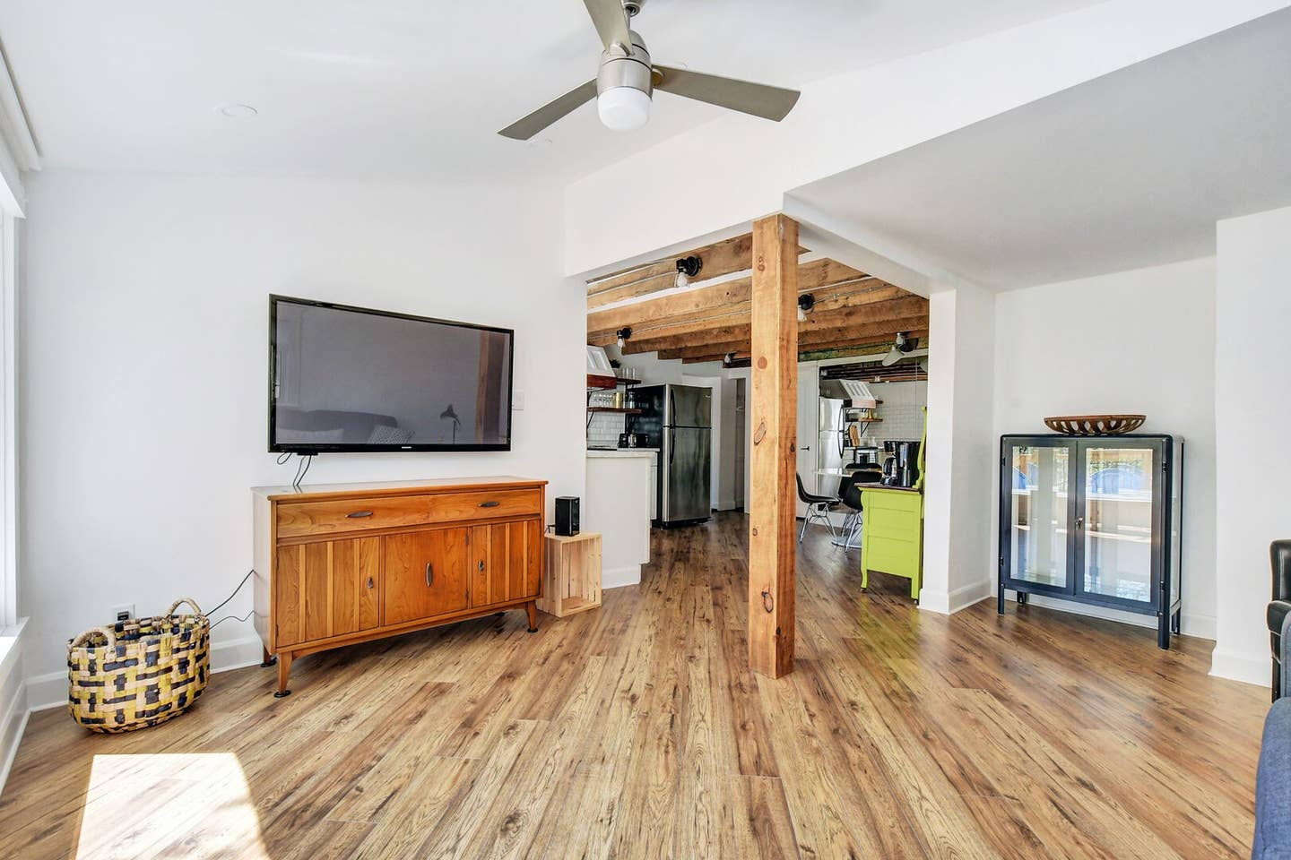 Exposed wooden beams, newly renovated space! photo 16